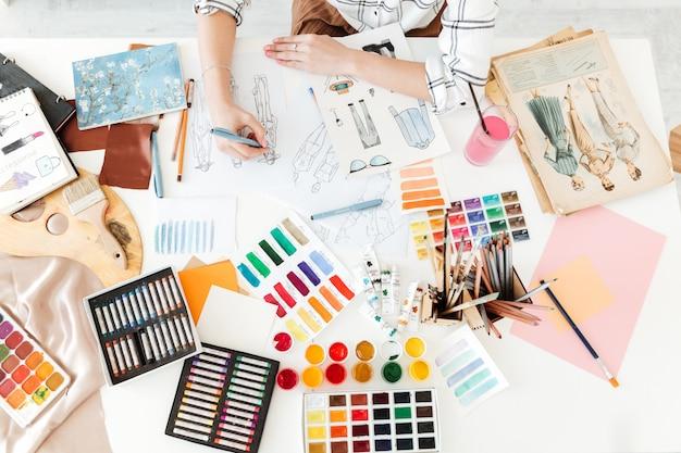 Vista superior foto recortada del ilustrador de moda joven