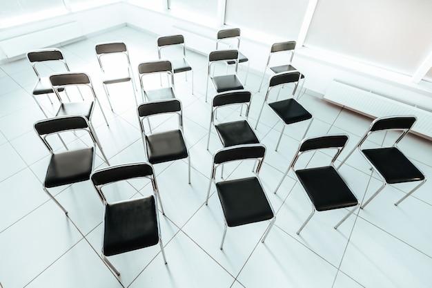 Vista superior de la foto de la sala de conferencias vacía y luminosa con espacio de copia