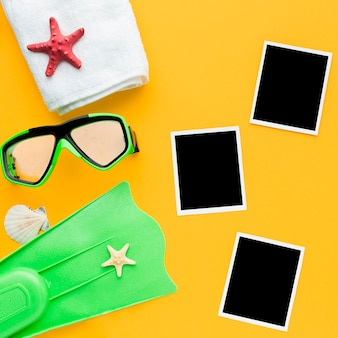 Vista superior de fotos instantáneas con accesorios de buceo
