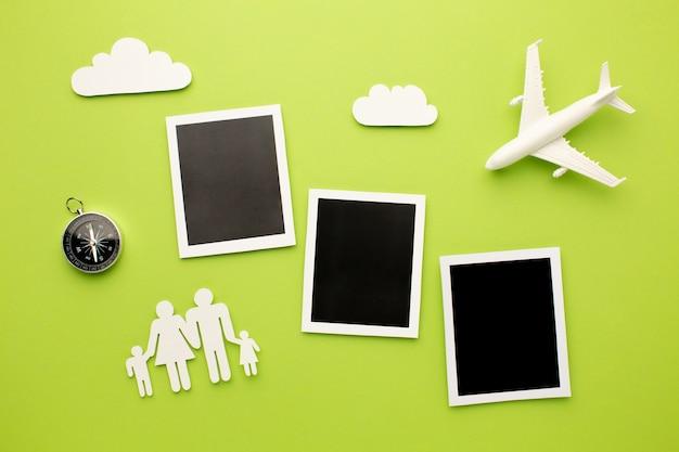 Vista superior de fotos instantáneas con formas familiares