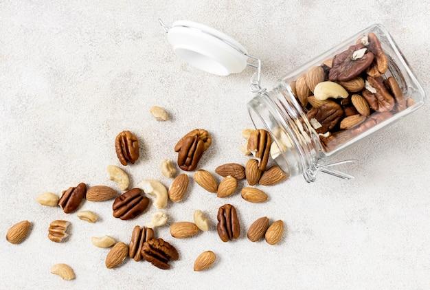 Vista superior del frasco transparente con variedad de nueces