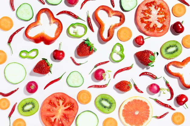 Vista superior de fresas y cerezas con verduras
