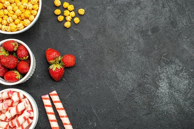Vista superior de fresas frescas con caramelos