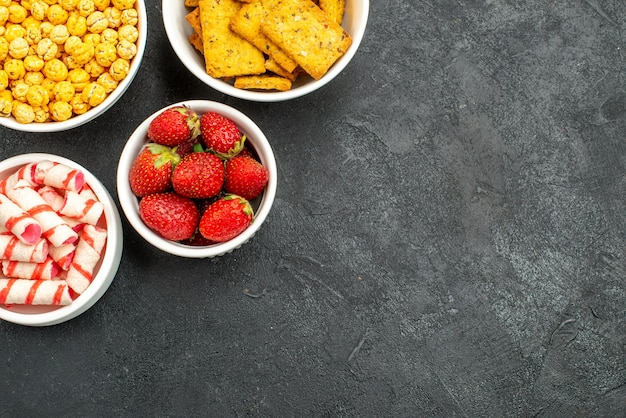 Vista superior de fresas frescas con diferentes bocadillos.