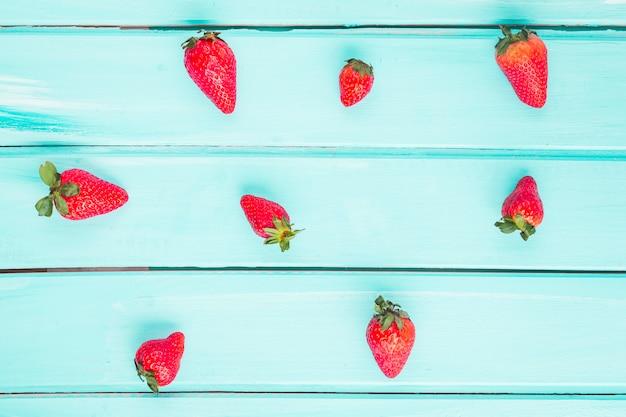 Vista superior fresas sobre fondo azul
