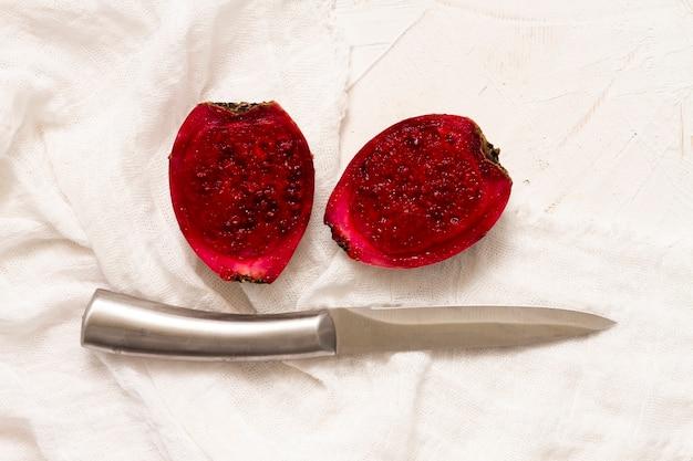 Vista superior de fruta de cactus con un cuchillo