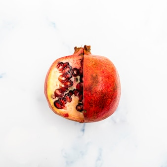 Vista superior de fruta de granada fresca