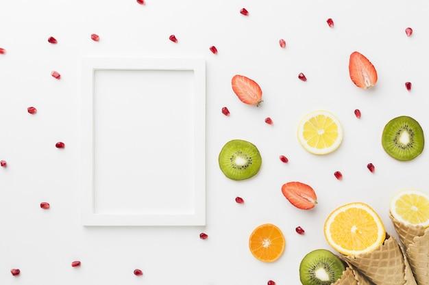 Vista superior de frutas con cono y marco