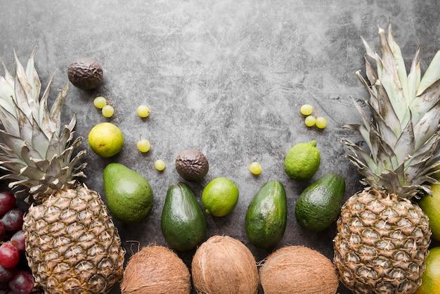 Vista superior de frutas exóticas con espacio de copia