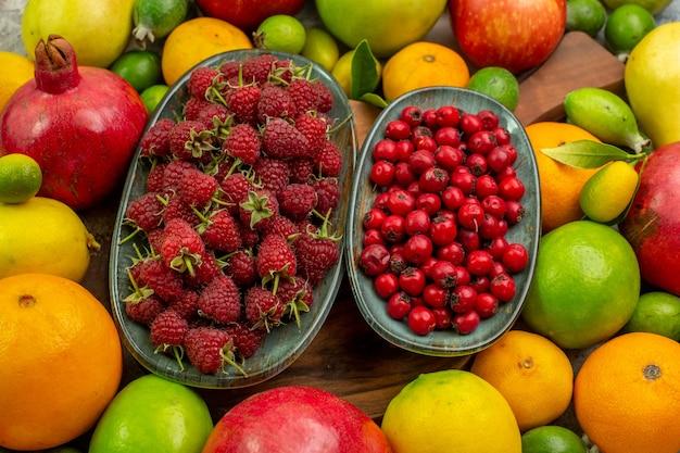 Vista superior de frutas frescas diferentes frutas maduras y suaves sobre fondo blanco.