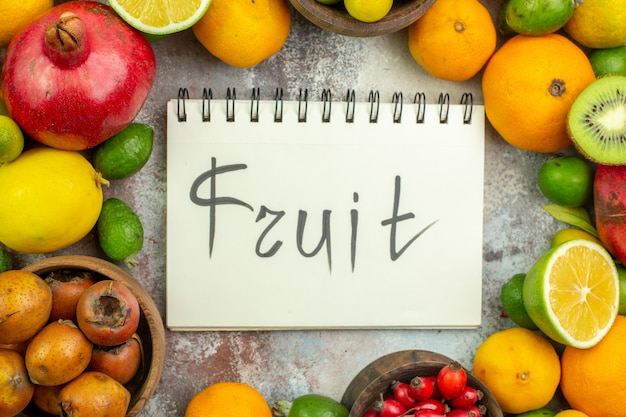 Vista superior de frutas frescas diferentes frutas suaves en el fondo blanco árbol foto sabrosa dieta madura color salud baya