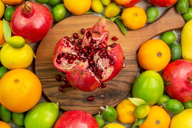 Vista superior de frutas frescas diferentes maduras y suaves sobre fondo blanco.
