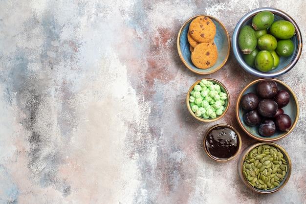 Vista superior de frutas frescas con dulces