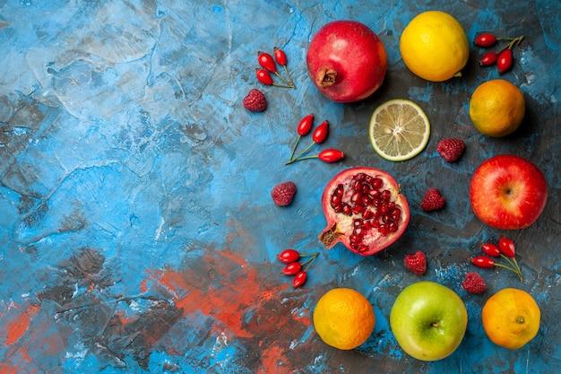 Vista superior de frutas frescas forradas sobre fondo azul.