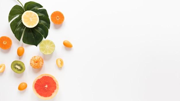 Vista superior de frutas frescas en la mesa con espacio de copia