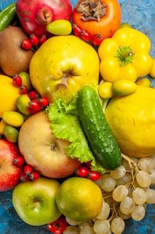 Vista superior de frutas frescas sobre fondo azul.