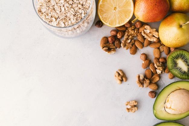Vista superior de frutas y frutos secos desayuno con espacio de copia