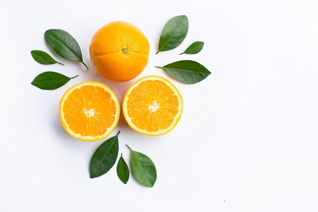 Vista superior de las frutas y de las hojas anaranjadas aisladas en el fondo blanco.