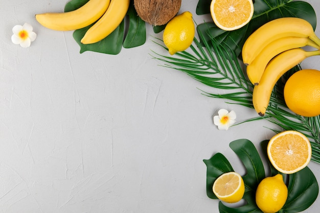 Vista superior de frutas sobre fondo liso con espacio de copia