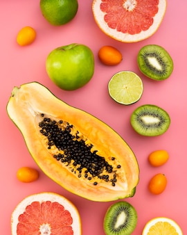 Vista superior de frutas sobre fondo rosa