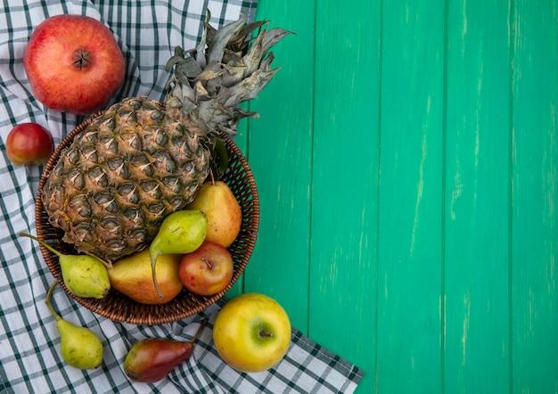 Vista superior de frutas en superficie verde