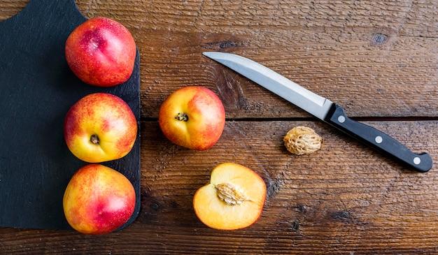 Vista superior de frutas tropicales y cuchillo