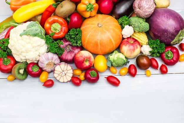Vista superior de frutas y verduras frescas de la granja