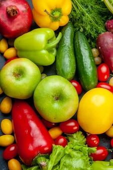 Vista superior de frutas y verduras lechuga pepinos pimientos granada eneldo tomates cherry cumcuat