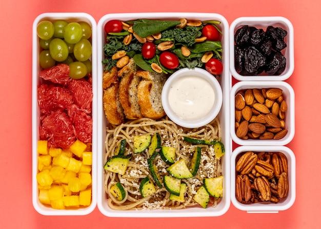 Vista superior de frutas, verduras y semillas.