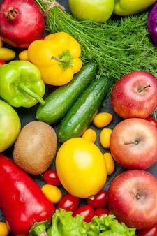 Vista superior de frutas y verduras, tomates cherry, manzanas cumcuat, eneldo, lechuga, pimientos, kiwi, pepinos, limón, granada