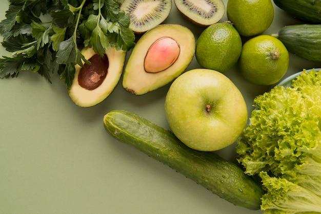 Vista superior de frutas y verduras verdes
