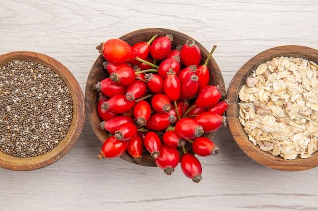 Vista superior de frutos rojos dentro de la placa sobre fondo blanco.