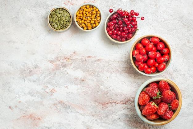 Vista superior de frutos rojos frescos en el color de la baya fresca de frutas de mesa blanca