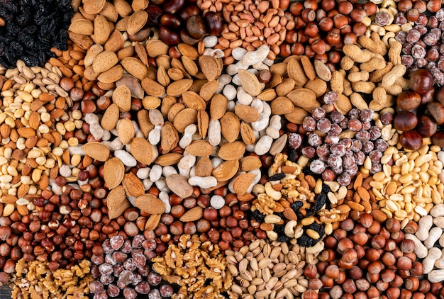Vista superior de frutos secos y frutas secas con nuez, pistachos, almendras, maní, anacardos, piñones