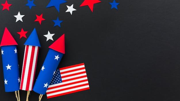 Vista superior de los fuegos artificiales del día de la independencia con bandera americana y espacio de copia