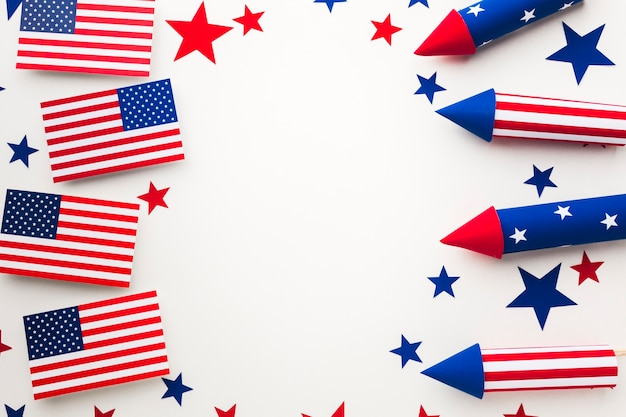 Vista superior de fuegos artificiales para el día de la independencia y banderas americanas