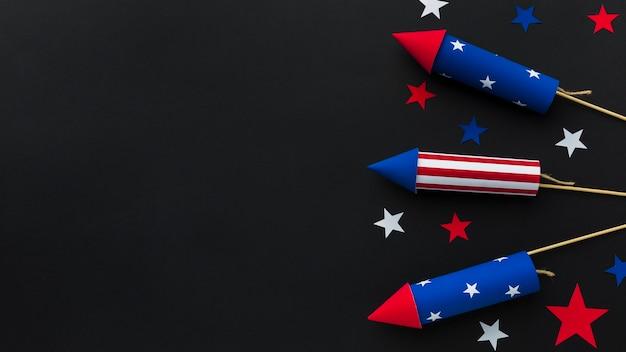 Vista superior de los fuegos artificiales del día de la independencia con espacio de copia y estrellas