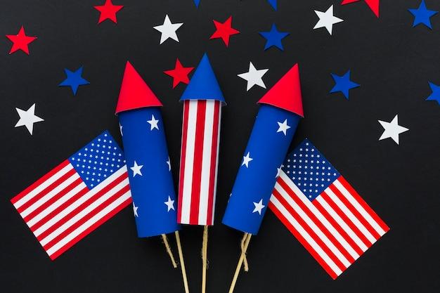 Vista superior de los fuegos artificiales del día de la independencia con estrellas y banderas americanas