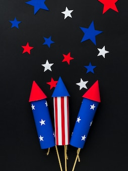 Vista superior de los fuegos artificiales del día de la independencia con estrellas