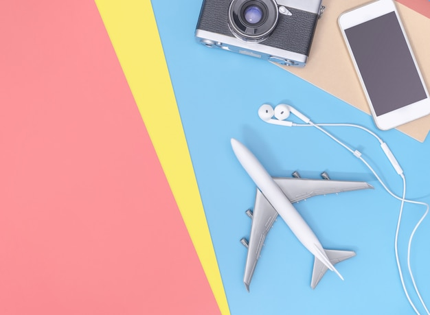 Vista superior de gadgets y objetos para viajeros de negocios sobre fondo amarillo azul