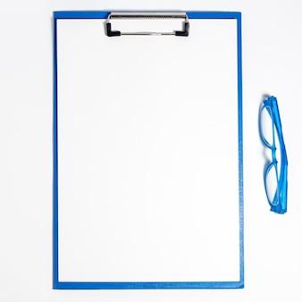 Vista superior de gafas con bloc de notas junto a ellas