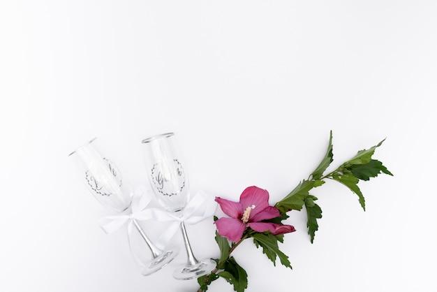 Vista superior gafas de boda con una flor