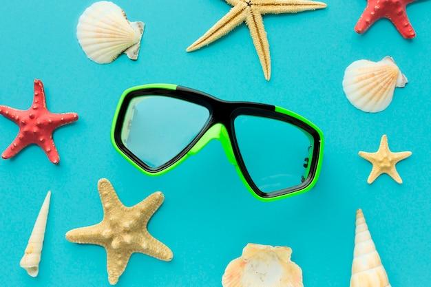 Vista superior de gafas de buceo en la mesa