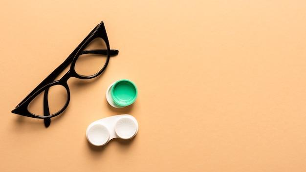 Vista superior de gafas de plástico con estuche para lentes