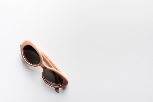 Vista superior gafas de sol modernas con espacio de copia
