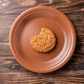 Vista superior galleta mordida en placa