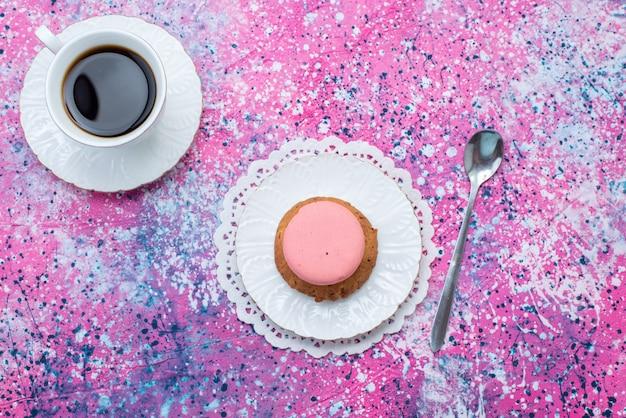 Vista superior de galleta y pastel con taza de café en el fondo de color