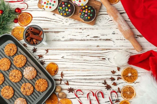 Vista superior de galletas de avena en la bandeja para hornear en la mesa de madera