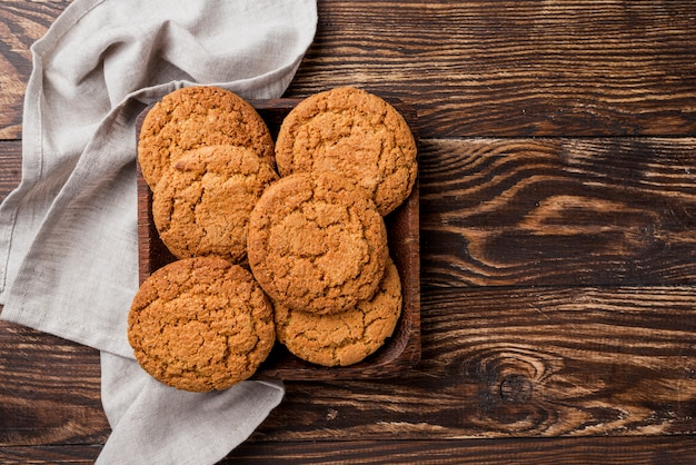 Vista superior de galletas y bandeja con trapo de cocina