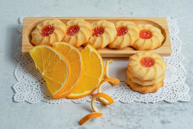Vista superior de galletas caseras frescas con mermelada.